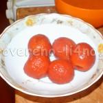 Снимаем с помидор кожицу