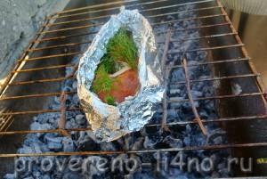 Сверху тоже солим и перчим и выливаем на рыбу оставшееся растопленное масло.